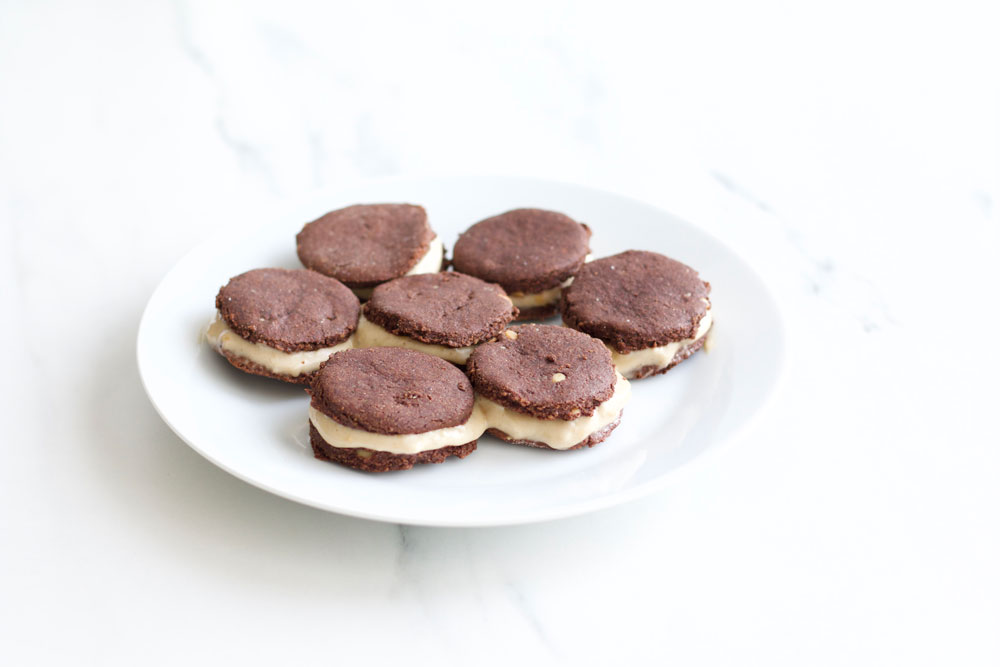 Banana Nice Cream Oreos Recipe: Sugar-free yummy cocoa cookies with creamy banana ice cream! https://www.spotebi.com/recipes/banana-nicecream-oreos/