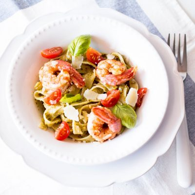 20-Minute Pesto Shrimp Pasta Recipe / @spotebi