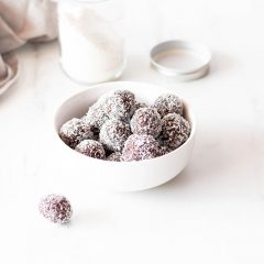 Chocolate Coconut Energy Bites Recipe / @spotebi